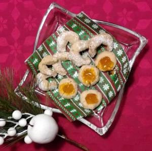 Vegane Vanillekipferl und vegane Husarenkrapfen auf weihnachtlicher Serviette