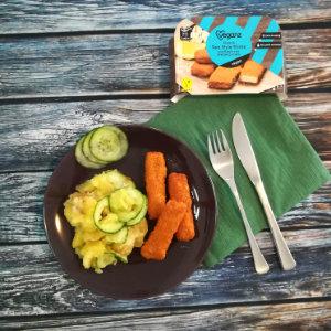Warmer Kartoffelsalt mit Gurke und veganen Fischstäbchen