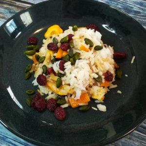 Veganer persischer Reis mit Cranberries, Orangen und Pistazien