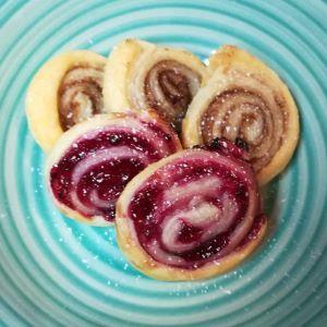 süße vegane Blätterteigschnecken mit Zimt und Zucker sowie mit roter Grütze