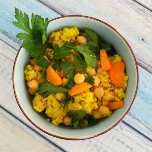 Orientalischer Couscous mit Kichererbsen, Karotten und reichlich Petersilie