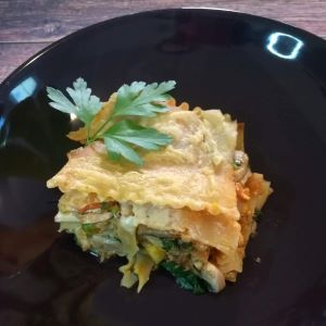 Vegane Lasagne mit Soja-Bolognese, Gemüse und veganem Parmesan