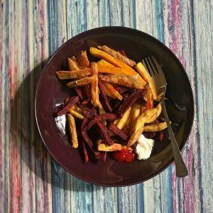 Pommes aus Kartoffeln, Süsskartoffeln und roten Rohnen