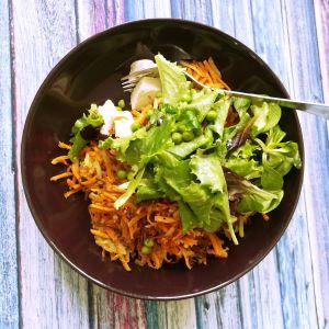 Rösti mit Salat und Erbsen
