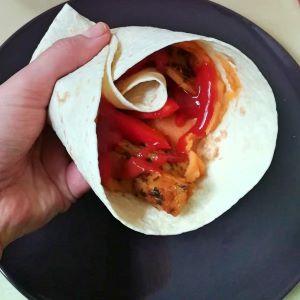 veganer Wrap mit Süsskartoffelpüree gefüllt